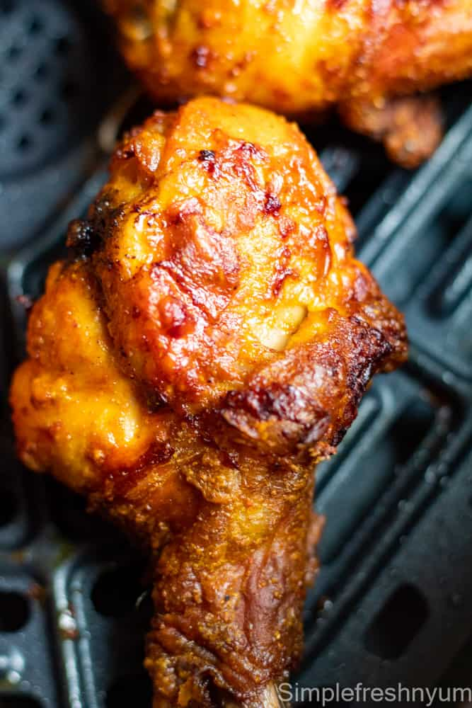 Air fried chicken drumsticks in the air fryer basket